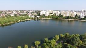 Vogelperspektive des Parks und des Sees stock video