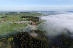 Vogelperspektive des Prealps in der Schweiz auf einem Frühlingsmorgen lizenzfreie stockbilder