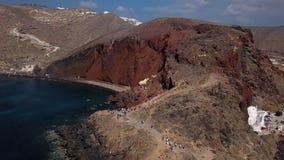 Vogelperspektive des roten Strandes, Santorini-Insel stock footage