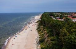 Vogelperspektive des sandigen polnischen Strandes auf Ostsee Stockbilder