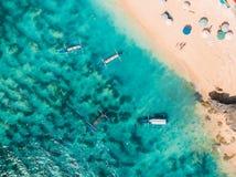 Vogelperspektive des sandigen Strandes mit TürkisMeerwasser und lokalen Booten, Brummenschuß stockbild