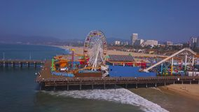 Vogelperspektive des Santa Monica-PierVergnügungsparks nahe Venedig-Strand stock video