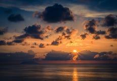 Vogelperspektive des schönen erstaunlichen Seesonnenuntergangs, Sonnenscheinstrahlen, Meerblick, endlose Horizontskyline, Farbdra lizenzfreie stockfotografie