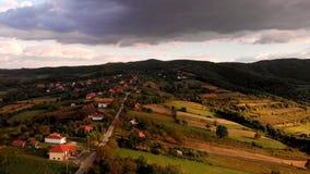 Vogelperspektive des schönen Herbstsonnenuntergangs mit vielen Wolken stock video