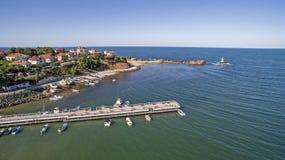 Vogelperspektive des schönen Kleinstadterholungsortes auf dem Schwarzen Meer von oben Stockfotografie