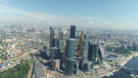 Vogelperspektive des schönen Moskau-Geschäftszentrums, moderne Wolkenkratzer und Moskau-Fluss am heißen Sommertag gegen blauen Hi stock video