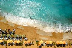 Vogelperspektive des schönen Sommer-Strandes mit Leuten, blauem Meer und Regenschirmen Reise- und Ferienkonzept stockfotografie