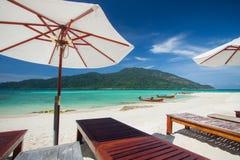 Vogelperspektive des schönen Strandes von Koh Lipe gegen blauen Himmel in Satun, in Thailand, im klaren Wasser und in blauer Himme Stockbilder