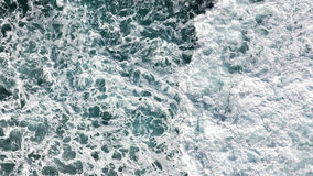 Vogelperspektive des Schaum-, Spray- und TürkisMeerwassers Ansicht für stockbild