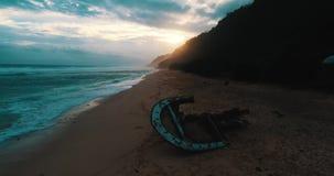 Vogelperspektive des Schiffbruchs am Strand während des erstaunlichen Sonnenuntergangs stock footage
