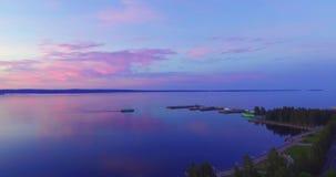 Vogelperspektive des Schiffs im Seehafen am Abend stock footage