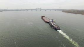 Vogelperspektive des Schlepperbootes leeren Lastkahn drückend stock video footage