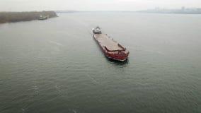 Vogelperspektive des Schlepperbootes leeren Lastkahn drückend stock video