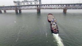 Vogelperspektive des Schlepperbootes leeren Lastkahn drückend stock footage