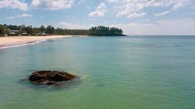 Vogelperspektive des Seeozeanwassers und des schönen tropischen Strandes stockfotos