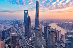 Vogelperspektive des Shanghai-Stadtzentrums zur Sonnenuntergangzeit Stockbilder