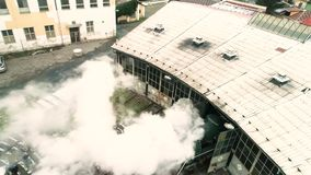 Vogelperspektive des sich fortbewegenden Erlöschens des alten Dampfmaschinen-Zugs des Depots stock video