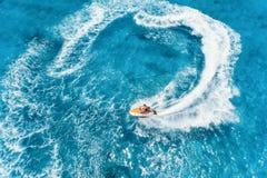 Vogelperspektive des sich hin- und herbewegenden Wasserfahrzeugs im blauen Wasser am sonnigen Tag lizenzfreies stockfoto
