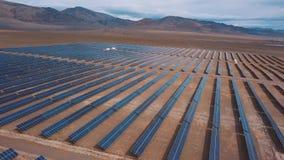 Vogelperspektive des Sonnenkollektor-Parks Sonnenkollektoren in der Wüste, unter den Bergen Altai, Kosh-Agach Nah an der Grenze stock video footage