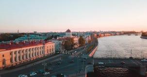 Vogelperspektive des Sonnenuntergangs über Neva-Fluss in St Petersburg, Russland Vasilievskiy-Inselstadt von oben, Film- Brummen stock video