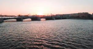Vogelperspektive des Sonnenuntergangs über Neva-Fluss und Rostral Spalten in St Petersburg, Russland Vasilievskiy-Inselstadt von stock video footage
