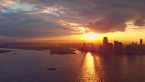 Vogelperspektive des Sonnenuntergangs über New York stock footage