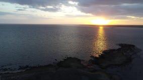 Vogelperspektive des Sonnenuntergangs über Wasser stock video