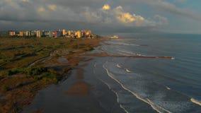 Vogelperspektive des Sonnenuntergangs auf dem Strand von Valencia nahe bei der Landstraße Viareggio Mittelmeerküste stock footage