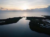 Vogelperspektive des Sonnenuntergangs und der Tropeninseln in Karibischen Meeren Stockfotos