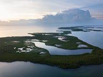 Vogelperspektive des Sonnenuntergangs und der Tropeninseln in Karibischen Meeren Stockbilder