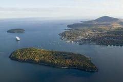 Vogelperspektive des Stachelschwein-Insel-, Franzose-Bucht- und Holland Amerika-Kreuzschiffs im Hafen, Acadia-Nationalpark, Maine Stockbild