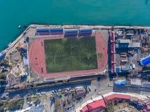 Vogelperspektive des Stadions durch das Meer Stockfotos