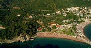 Vogelperspektive des Strandes nahe der Insel von St. Stefan Beschneidungspfad eingeschlossen stock footage