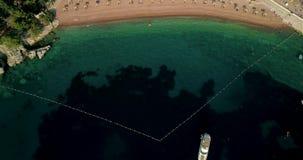 Vogelperspektive des Strandes nahe der Insel von St. Stefan Beschneidungspfad eingeschlossen stock video footage