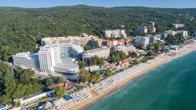 Vogelperspektive des Strandes und der Hotels in den goldenen Sanden, Zlatni Piasaci Populärer Sommerurlaubsort nahe Varna, Bulgar lizenzfreies stockfoto