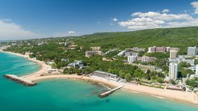Vogelperspektive des Strandes und der Hotels in den goldenen Sanden, Zlatni Piasaci Populärer Sommerurlaubsort nahe Varna, Bulgar stockbilder