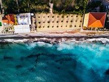 Vogelperspektive des Strandes und der Wellen TürkisMeerwasser und Palmen, Sommerlandschaft von oben stockbilder