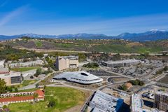 Vogelperspektive des Studenten Services Building Cal Poly Pomona-Campus lizenzfreie stockfotografie