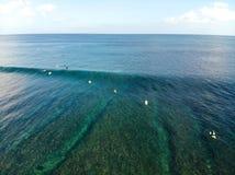 Vogelperspektive des Surfers die Wellen, Surfer genießend auf ihrem Brett, welches die Wellen wartet lizenzfreie stockfotos