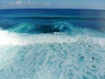Vogelperspektive des Surfers die Wellen, Surfer genießend auf ihrem Brett, welches die Wellen wartet stockbilder