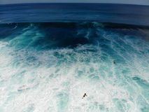 Vogelperspektive des Surfers die Wellen, Surfer genießend auf ihrem Brett, welches die Wellen wartet stockbild