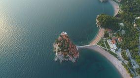 Vogelperspektive des Sveti Stefan, kleine kleine Insel und Erholungsort in Montenegro stock footage