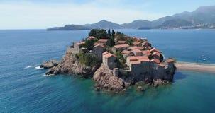 Vogelperspektive des Sveti Stefan, kleine kleine Insel und Erholungsort in Montenegro stock video footage