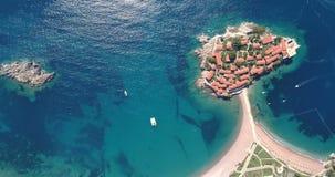 Vogelperspektive des Sveti Stefan, kleine kleine Insel und Erholungsort in Montenegro stock video