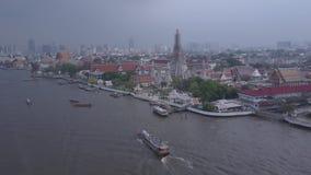 Vogelperspektive des Tempels Dawn Wat Aruns, Bangkok, Thailand Vogelperspektive, Gruppe thailändische Tempel stock footage