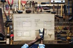 Vogelperspektive des Tischlerhandwerkers mit Möbelskizzenplan stockbilder