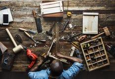 Vogelperspektive des Tischlermannes arbeitend mit Werkzeugausrüstungssatz stockfotografie