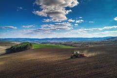 Vogelperspektive des Traktors arbeitend an dem Erntefeld Lizenzfreie Stockbilder