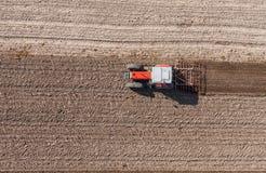 Vogelperspektive des Traktors auf dem Erntefeld Lizenzfreies Stockfoto