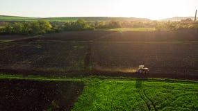 Vogelperspektive des Traktors bei Sonnenuntergang Stockbilder